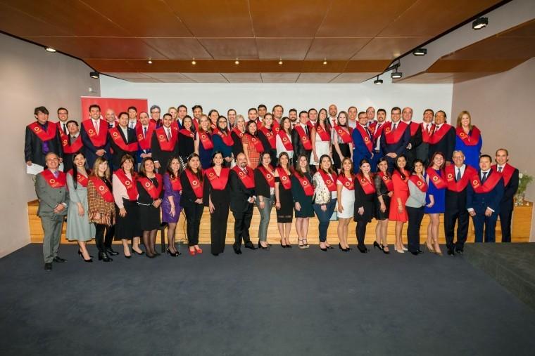Foto de Alumnos de EALDE Business School durante el acto de clausura