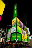 La línea de neumáticos WESTLAKE de ZC Rubber se exhibe en la pantalla de American Eagle en Nueva York.